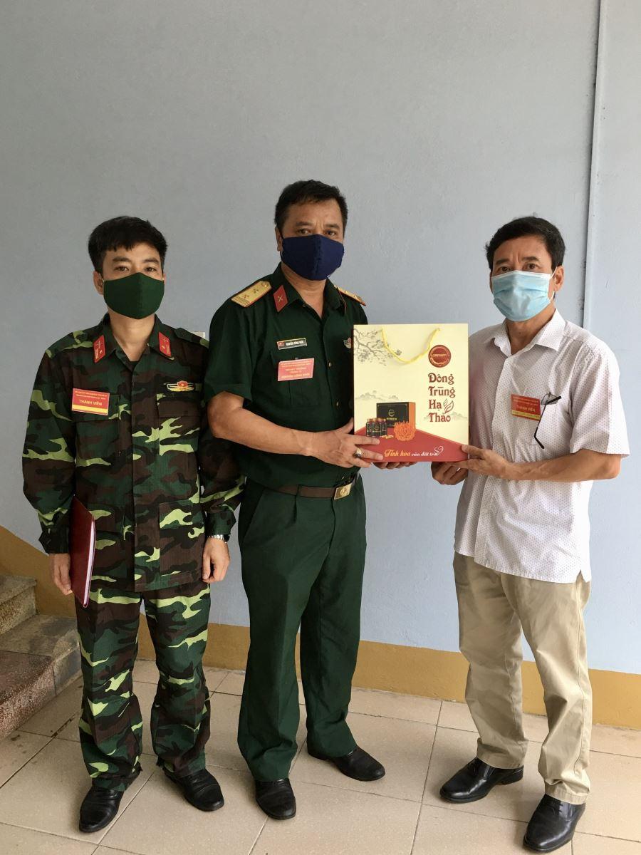 Đồng chí Đặng Xuân Bình - Chủ tịch Công đoàn trường tặng quà Sở chỉ huy khu cách ly